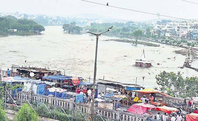 Heavy Rain Dangerous Flowing Of All Ponds And Lakes In Hyderabad - Sakshi