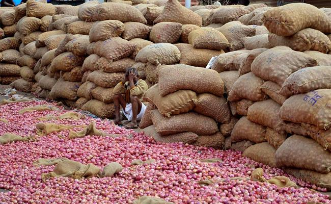 Two Persons Arrested For Stealing 550 Kg Onion In Pune - Sakshi