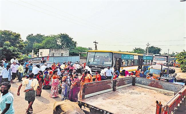 TDP leaders threaten people in Mangalagiri zone Krishnayapalem - Sakshi