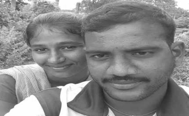 Boyfriend Commits Suicide At Girlfriends Grave - Sakshi