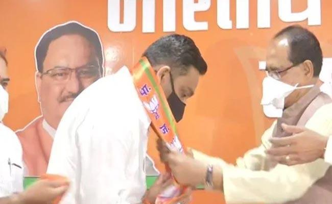 Madhya Pradesh Bypolls: Congress MLA Joins BJP - Sakshi