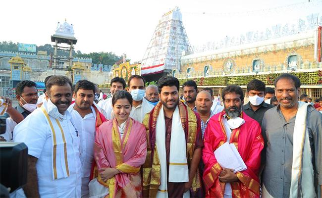 Sharwanand And Rashmika Offered Prayers At Tirumala - Sakshi