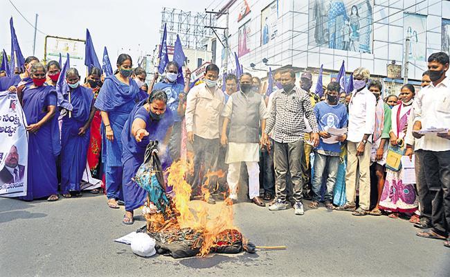 Ideal Dalit Women Association Protest On Chandrababu - Sakshi