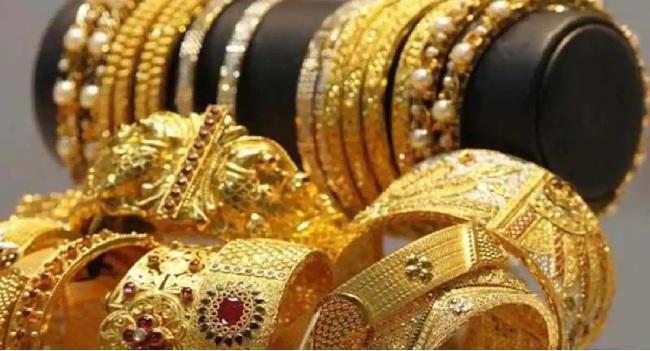 Gold, Silver prices weaken in MCX, New York Comex - Sakshi