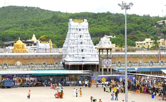 TTD Issued Free Tokens For Sarva Darshanam In Tirupati - Sakshi