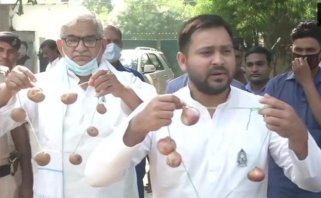 Tejashwi Yadavs Onion Garland For BJP - Sakshi