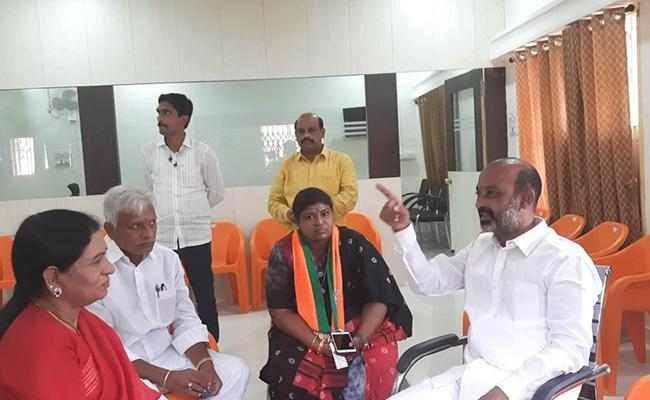DK Aruna Consultation To Bandi Sanjay At Karimnagar - Sakshi