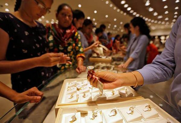 Gold Prices Fall As Dollar Strengthens - Sakshi