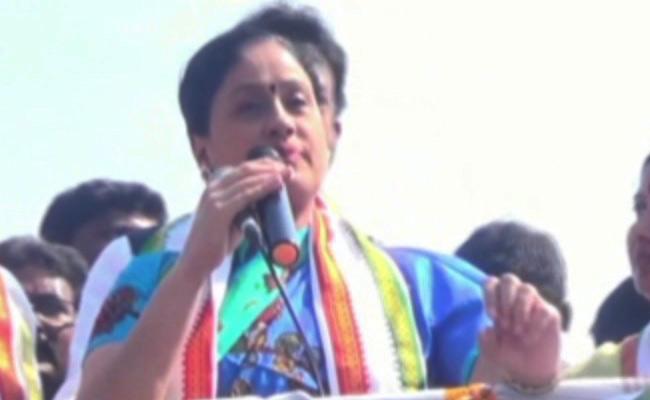 Dubbaka Bypoll: Vijayashanti Slams TRS - Sakshi