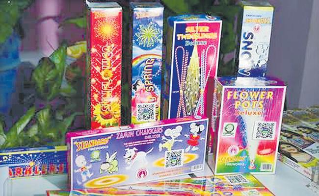 Delhi govt allows use of green crackers on Diwali - Sakshi