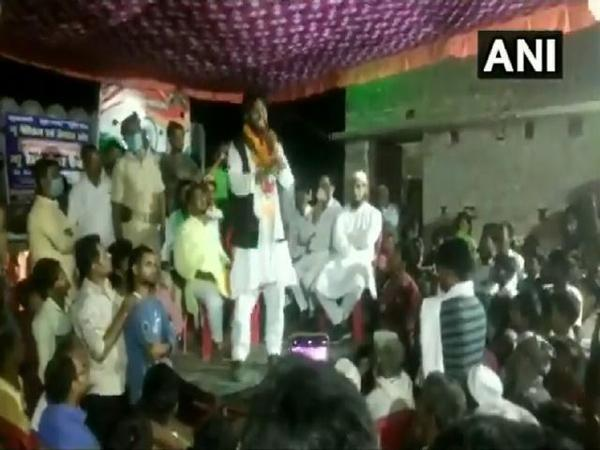 Congress Candidate From Bihars Jale Seat Falls As Stage Collapses - Sakshi