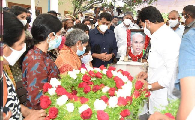CM YS Jagan Pays Tribute To EC Gangi Reddy - Sakshi