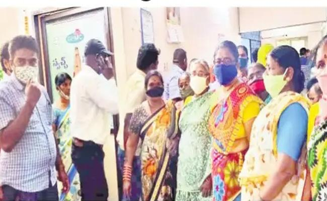 Flood Victims Unhappy With Financial Assistance In Hyderabad - Sakshi