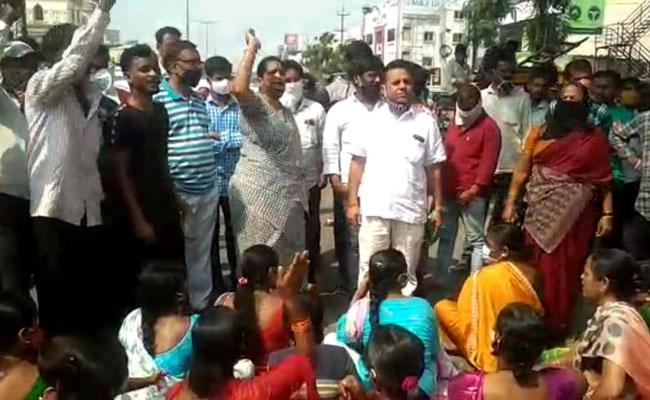 Flood Victims Protest For Stop Financial Assistance In Hyderabad - Sakshi