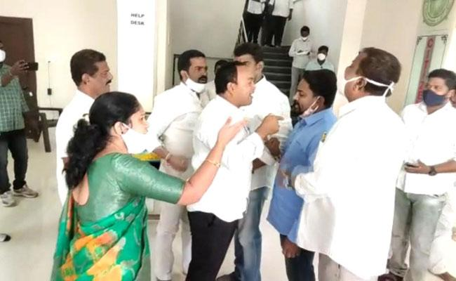 Conflict Of TRS Councillors In Vemulawada Municipal Office - Sakshi