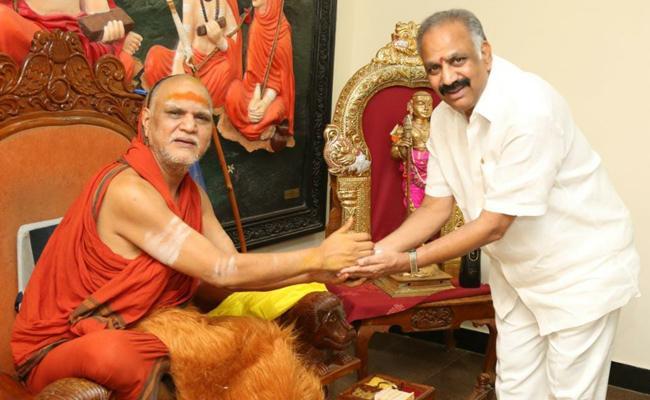 Dronamraju Srinivas Demise: Swaroopanandendra Express Condolences - Sakshi