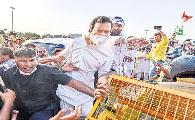 Rahul Gandhi and Priyanka Gandhi meet Hathras victim family - Sakshi