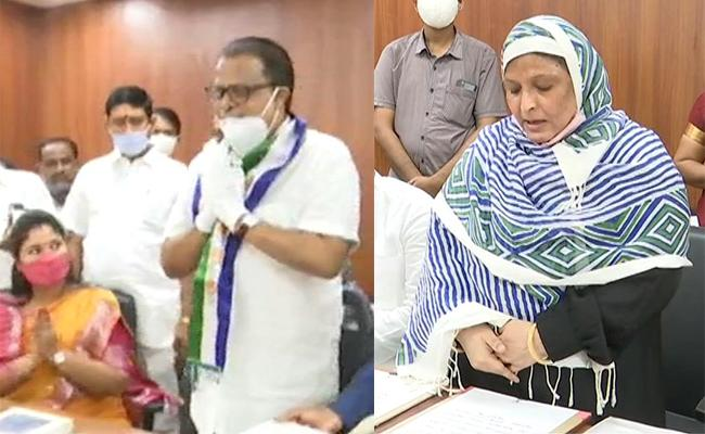 Penumatsa Suresh And Jakiya Khanam Taking Oath As YSRCP MLCs - Sakshi