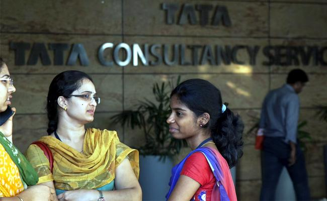 Report Says IT Major TCS To Give Salary Hike - Sakshi