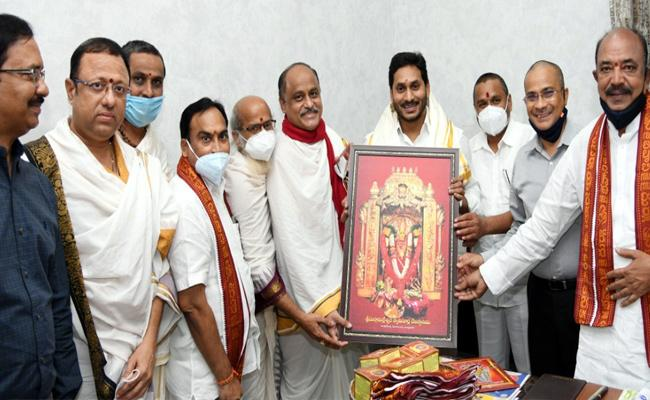 VellamPalli Srinivasa Meets CM Jagan Invited Dussehra Navaratri Utsavalu - Sakshi