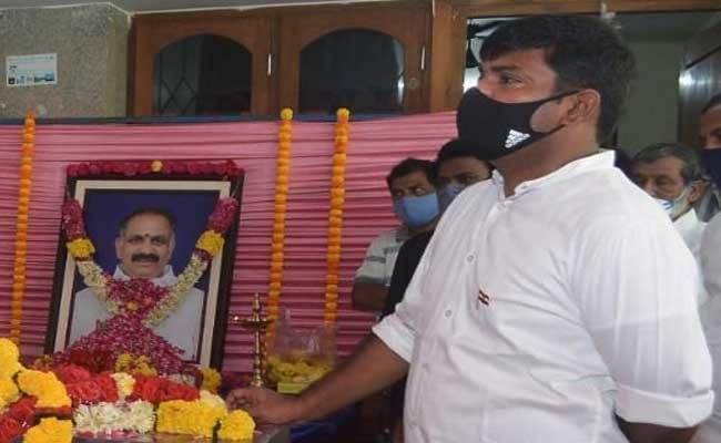 Dronamraju Srivastava Thanked Gudivada Amarnath - Sakshi