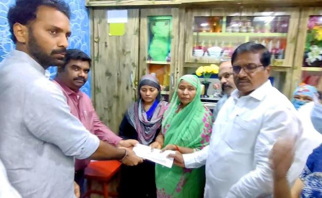 25 Lakh Compensation Given To Nandyal Family Suicide Victims - Sakshi