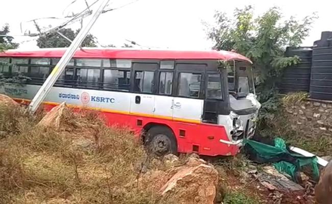 Bridal Group Missed Accident In Anantapur District - Sakshi