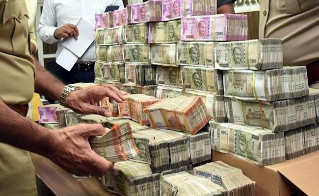 Family In UP Finds 2 Bags Full Of Currency Notes On House Roof - Sakshi