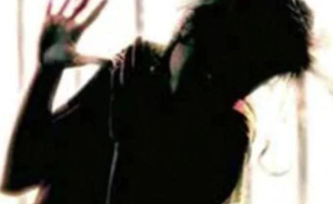 Boyfriend Acid And Petrol Attack On Young Girl In Mumbai - Sakshi