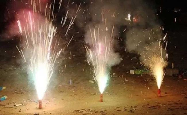 Delhi air quality to turn severe by night as people defy fireworks ban - Sakshi