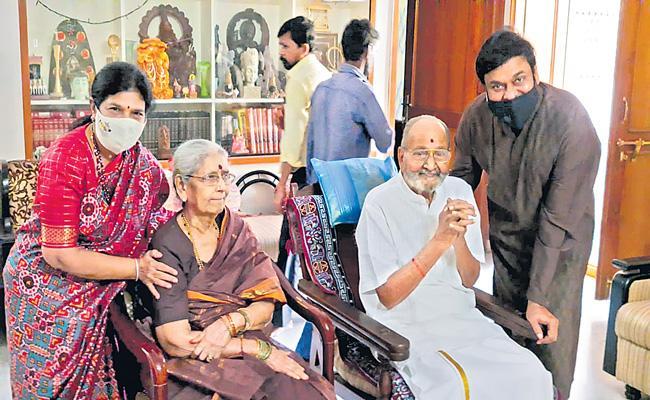 Chiranjeevi meets K Vishwanath on Diwali - Sakshi