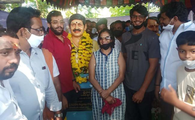 Actress Shanti Srihari Tributes To Sri Hari In East Godavari - Sakshi