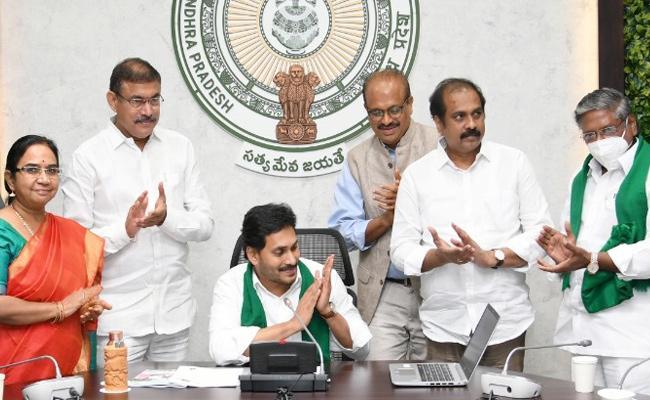 CM YS Jagan Release YSR Sunna Vaddi Scheme Funds - Sakshi