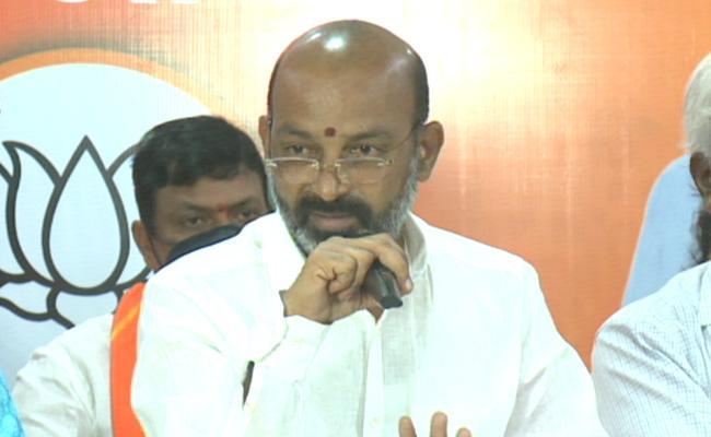 GHMC Elections 2020 BJP Leader Bandi Sanjay Slams KCR - Sakshi