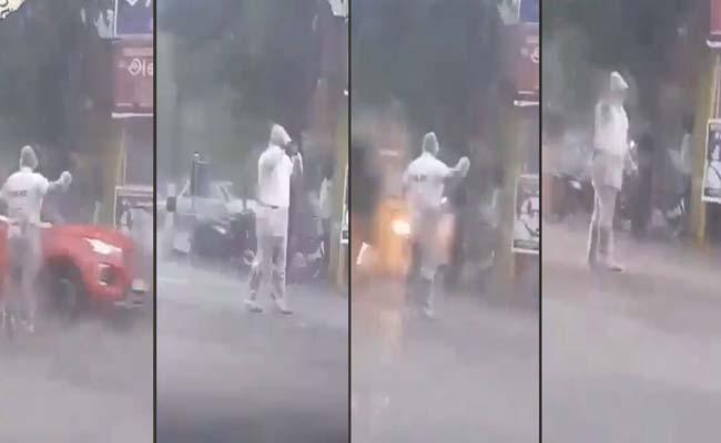 Netizens praise Tamil Nadu cop for his duty amid heavy rains - Sakshi