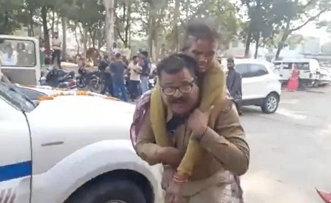 Madhya Pradesh Cop Carrying Injured Woman On His Back - Sakshi