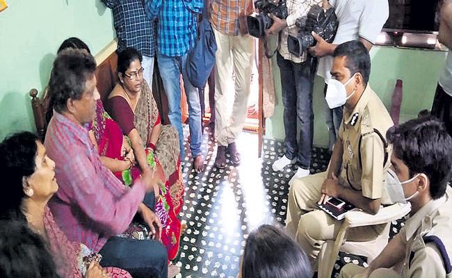 Accused Akhil Sai arrested in Varalakshmi Assasinate Case - Sakshi
