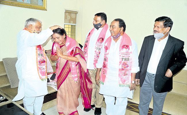 GHMC Elections: MP K Keshava Rao Blessed Gadwal Vijayalakshmi - Sakshi