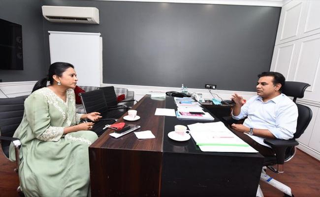 Suma Kanakala Meets KTR In Hyderabad - Sakshi