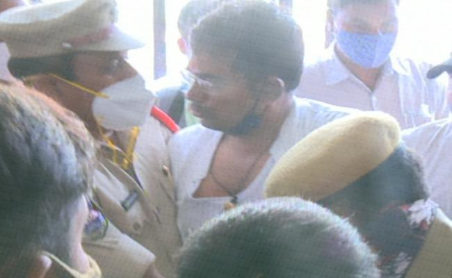 Clashes Between Two Factions At BJP Office In Hyderabad - Sakshi