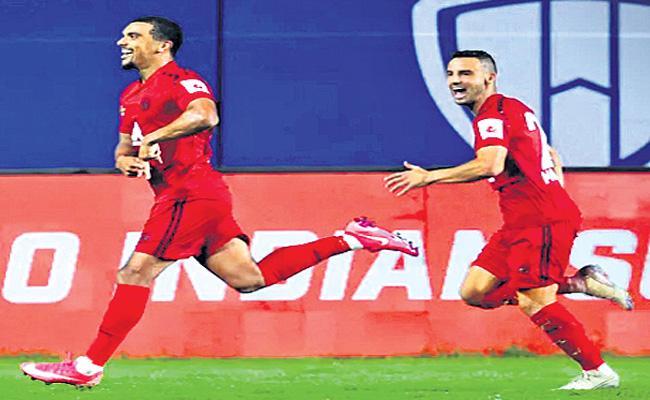 NorthEast United edge out Delhi Dynamos - Sakshi