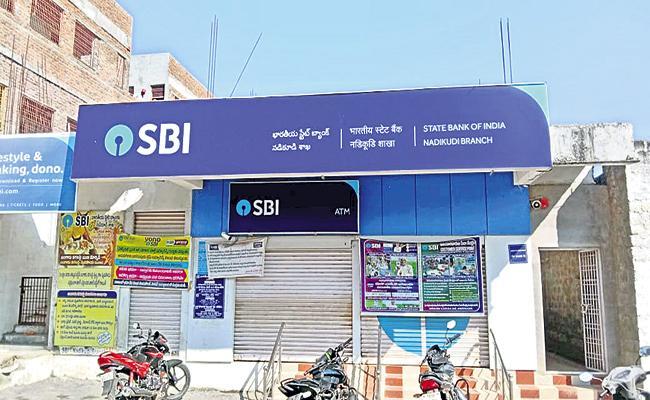 Rs 77 Lakh Stolen From SBI - Sakshi
