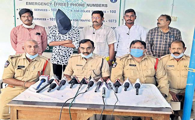 Online Fraudster Arrested - Sakshi