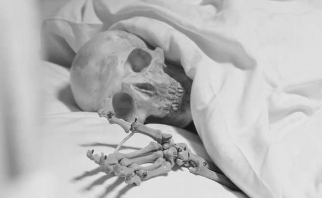 Woman Kept Her Mother Skeleton Under The Cot In Mumbai - Sakshi