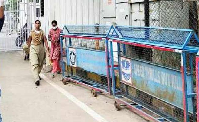 Farmer Family Attempt To Suicide At Pragathi Bhavan Hyderabad - Sakshi