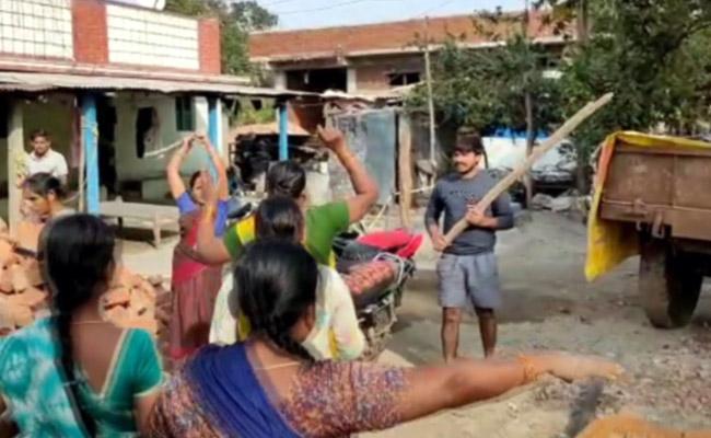 2 Women Injured And In Serious Condition In Land Clash In Warangal Urban - Sakshi