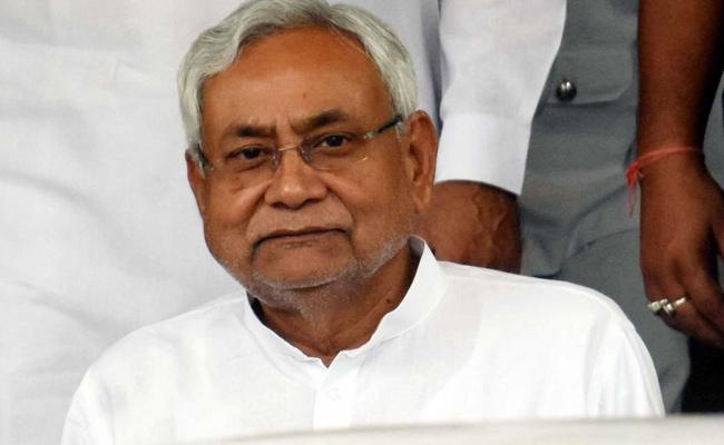 RJD offers CM Nitish Kumar to join Mahagathbandhan - Sakshi