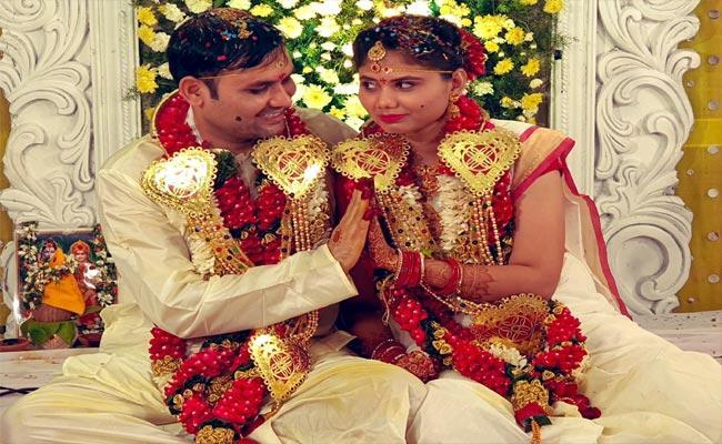 Telugu Lyricist Shreemani Marries His Girl Friend Fara - Sakshi