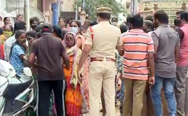Four Deceased In Single Family In Rajahmundry - Sakshi