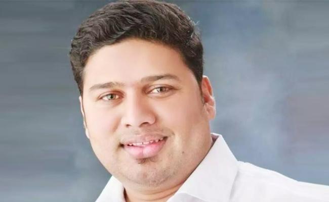 MNS Leader Murdered On Road - Sakshi